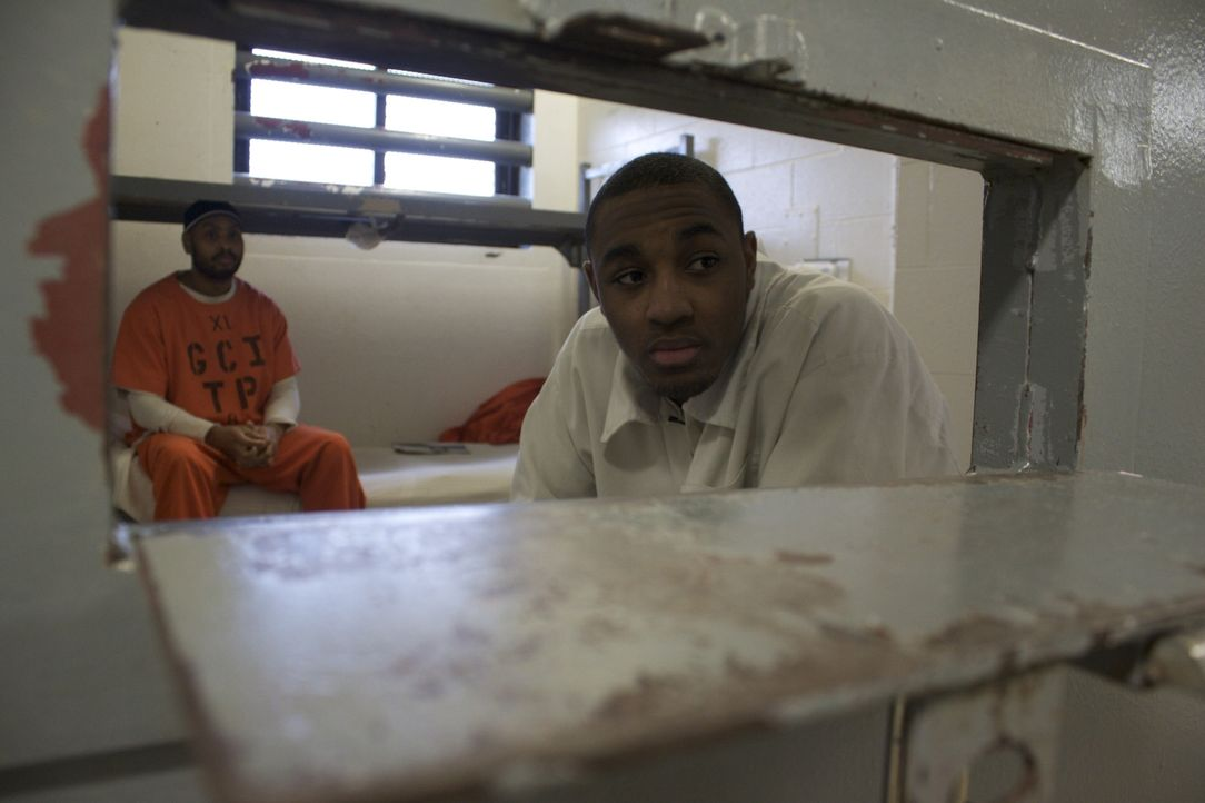 Devion Barber (r.) muss sich seine Zelle mit einem anderen Straftäter teilen ... - Bildquelle: Pablo Durana 2010 NGC Network US, LLC All Rights Reserved