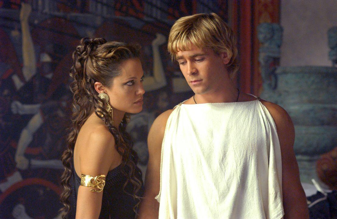 Olympias (Angelina Jolie, l.) ist stolz auf ihren Sohn Alexander (Colin Farrell, r.). Ob sie wohl ahnt, dass er später als der grösste Eroberer alle... - Bildquelle: Constantin Film