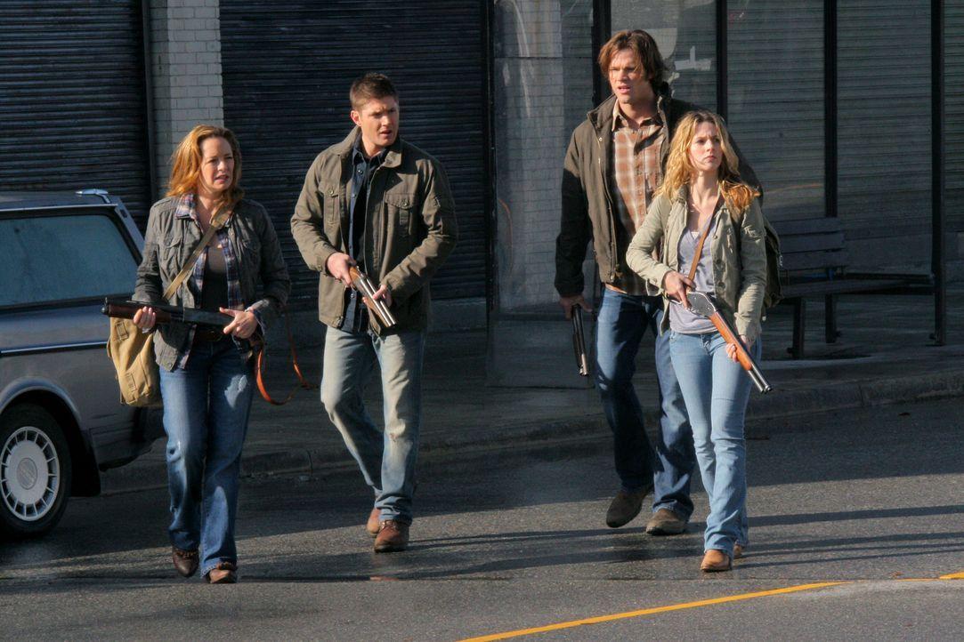 Kommen dem Colt und Luzifer auf die Spur: Ellen (Samantha Ferris, l.), Dean (Jensen Ackles, 2.v.l.), Sam (Jared Padalecki, 2.v.r.) und Jo (Alona Tal... - Bildquelle: Warner Bros.