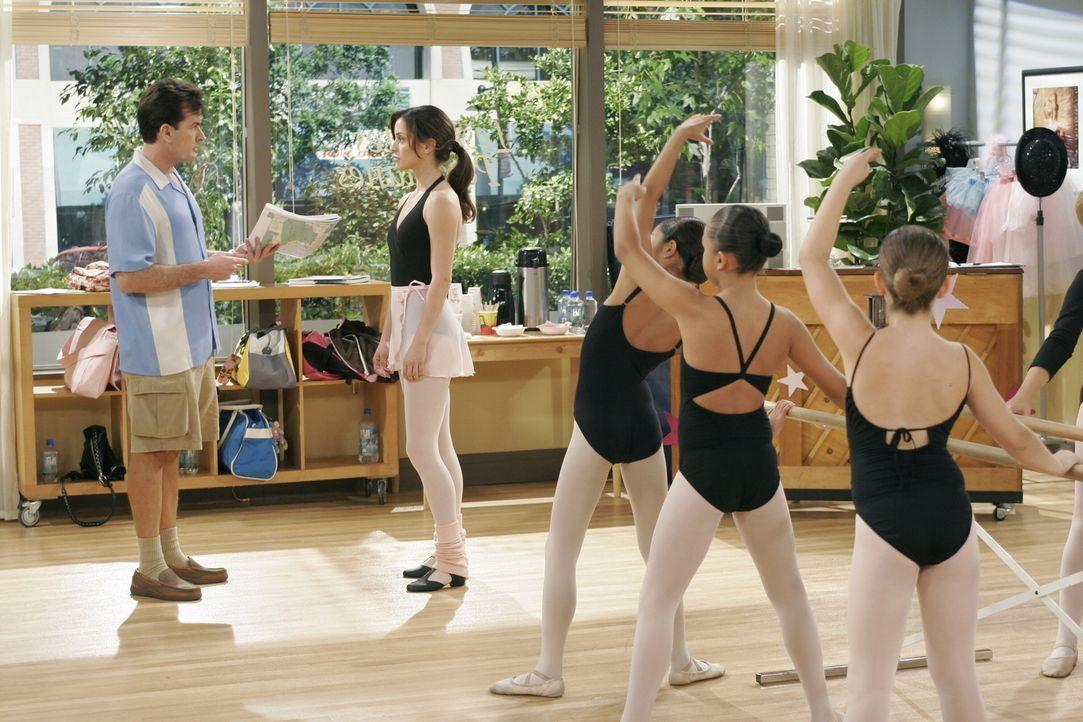 Charlie (Charlie Sheen, l.) verliebt sich in Mia (Emmanuelle Vaugier, 2.v.l.), eine hübsche Ballettlehrerin, doch Mia gibt ihm eindeutig zu verstehe... - Bildquelle: Warner Brothers Entertainment Inc.