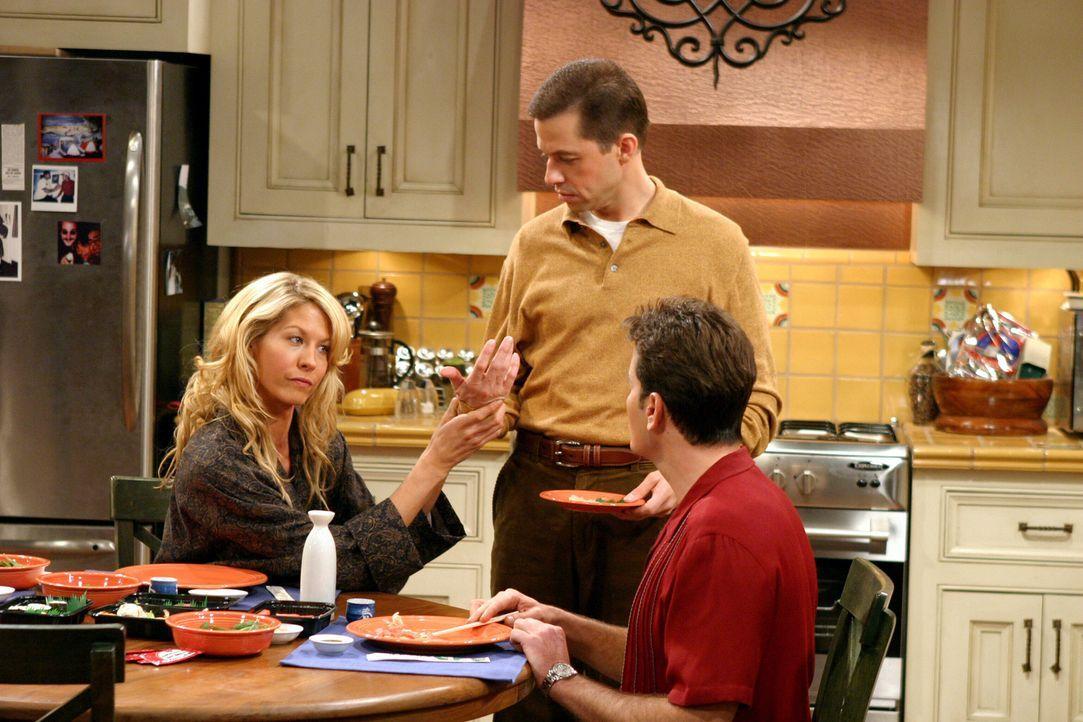 In einer Tiefgarage treffen Charlie (Charlie Sheen, r.) und Alan (Jon Cryer, M.) auf die psychisch labile Frankie (Jenna Elfman, l.). Da Frankie beh... - Bildquelle: Warner Brothers Entertainment Inc.