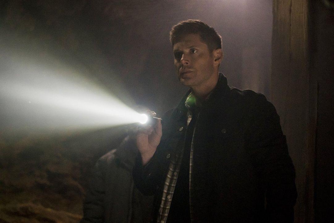 Dean (Jensen Ackles) macht sich in den Wäldern einer kleinen Ortschaft auf die Suche nach einer Gruppe Monster. Unterdessen hält Amara Lucifer und d... - Bildquelle: 2014 Warner Brothers