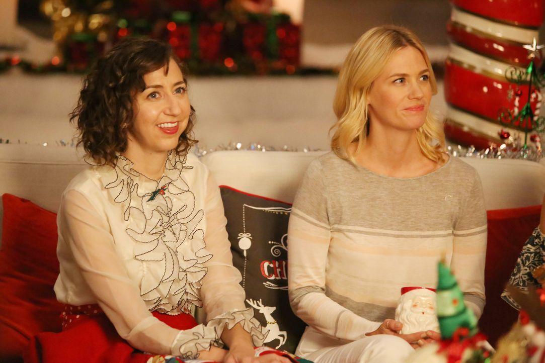 Noch ahnen Carol (Kristen Schaal, l.) und Melissa (January Jones, r.) nicht, dass ihr Weihnachtsfest ganz anders enden wird, als gedacht ... - Bildquelle: 2015-2016 Fox and its related entities.  All rights reserved.