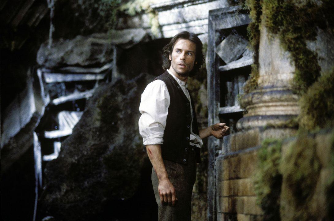 Nachdem seine Verlobte bei einem Raubüberfall erschossen wird, stürzt sich der junge Wissenschaftler Alexander Hartdegen (Guy Pearce) wie ein Besess... - Bildquelle: Warner Bros. Pictures