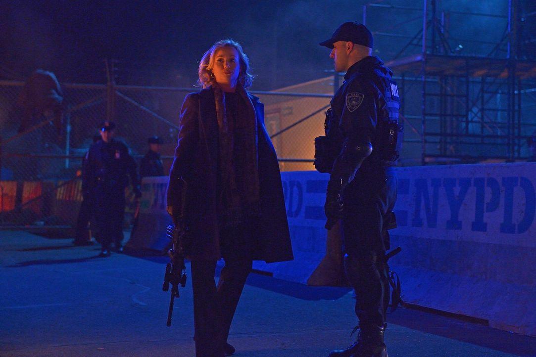 Justine Feraldo (Samantha Mathis, l.) schreckt selbst vor drastischen Maßnahmen nicht zurück, als die Vampire drohen, die Stadt immer mehr unter ihr... - Bildquelle: 2015 Fox and its related entities. All rights reserved.