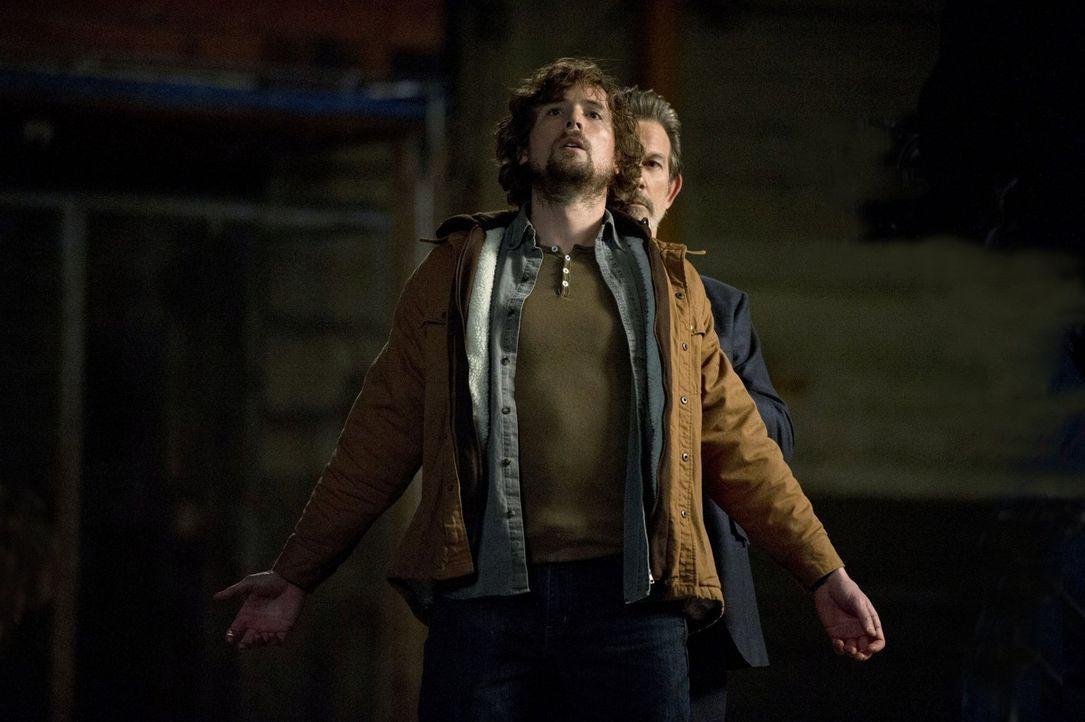 Zeus (John Novak, r.) will,  dass Prometheus (John Reardon, l.) leidet und scheint einen fast sicheren Weg dafür gefunden zu haben ... - Bildquelle: Warner Bros. Television