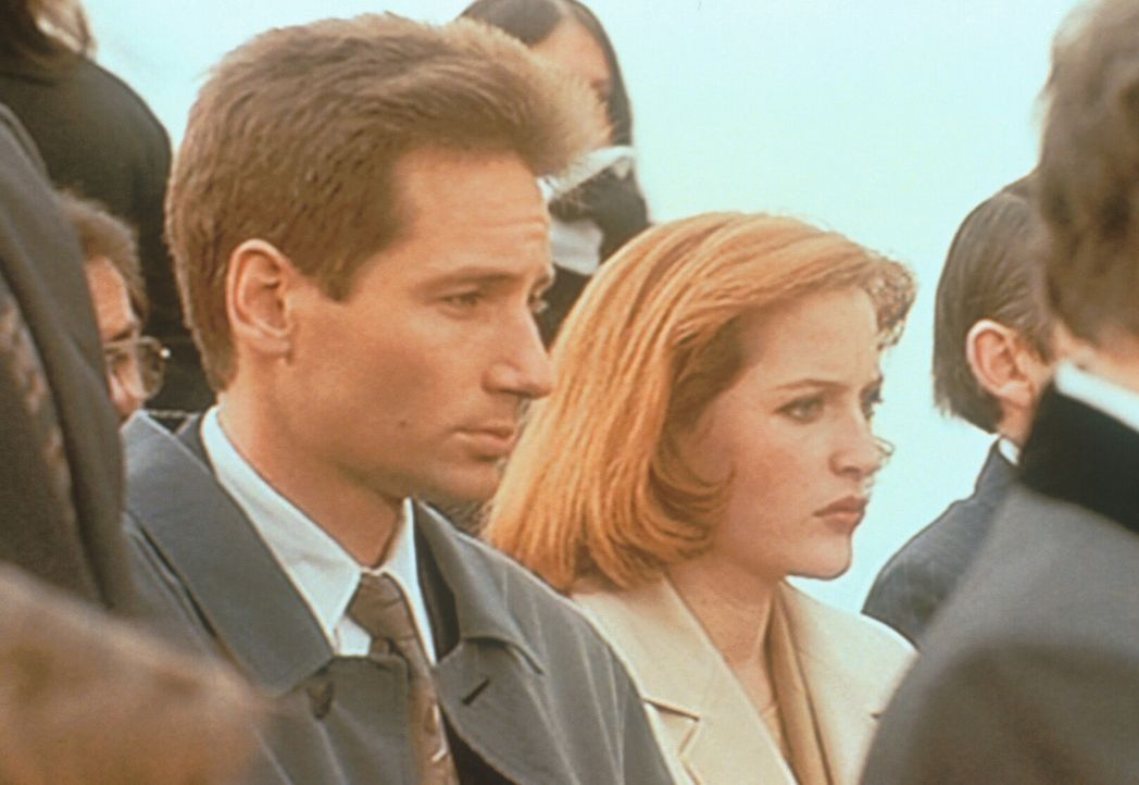 Mulder (David Duchovny, l.) und Scully (Gillian Anderson, r.) nehmen an der Beerdigung des ermordeten Alligator-Mannes teil. - Bildquelle: TM +   2000 Twentieth Century Fox Film Corporation. All Rights Reserved.