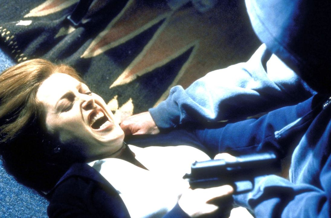 Scully (Gillian Anderson, l.), die in höchster Gefahr ist, kann sich kaum noch ihres Angreifers erwehren. - Bildquelle: TM +   2000 Twentieth Century Fox Film Corporation. All Rights Reserved.