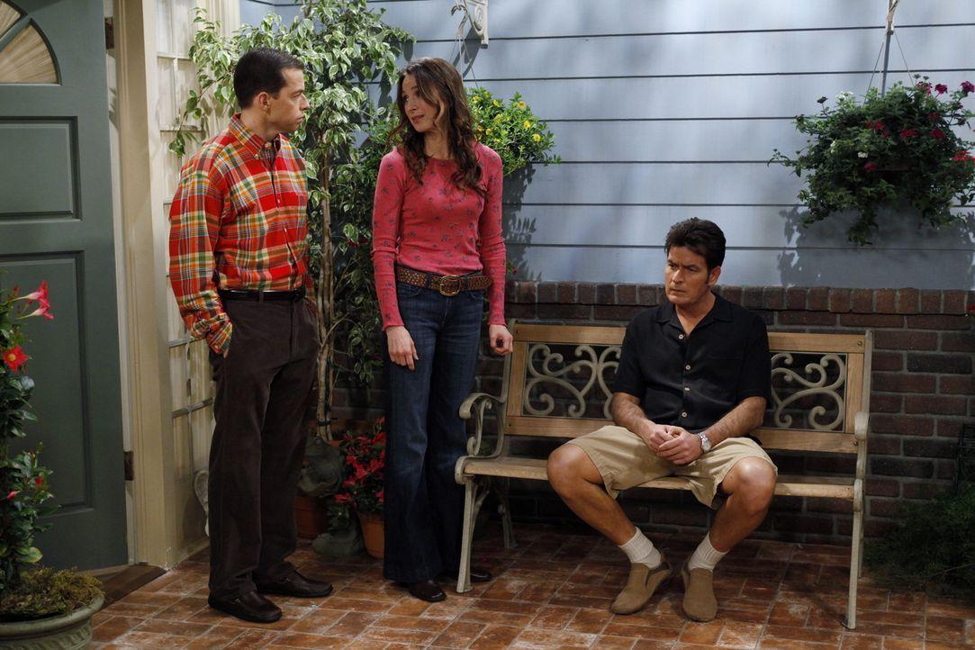 Judith (Marin Hinkle, M.) ist besorgt um Charlie (Charlie Sheen, r.) und fühlt mit ihm, was Alan (Jon Cryer, l.) allerdings nicht verstehen kann, di... - Bildquelle: Warner Brothers