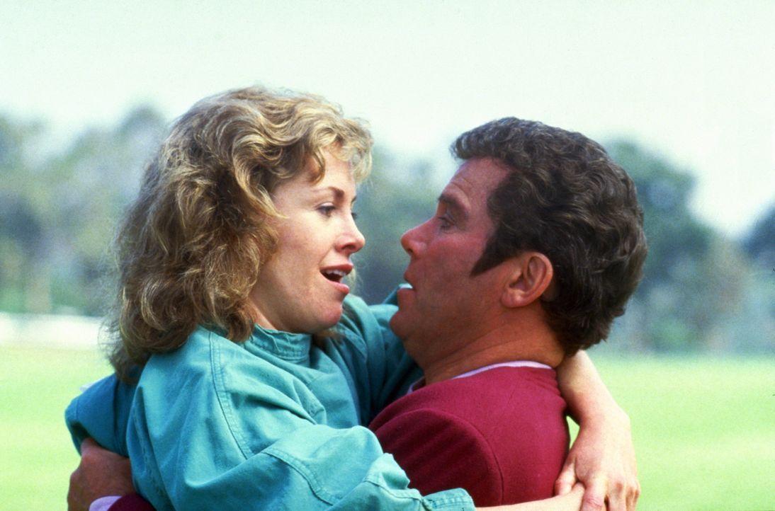 Captain Kirk (William Shatner, r.) schafft es zum Glück, das Misstrauen der Meeresbiologin Gillian Taylor (Catherine Hicks, l.) zu zerstreuen. - Bildquelle: Paramount Pictures
