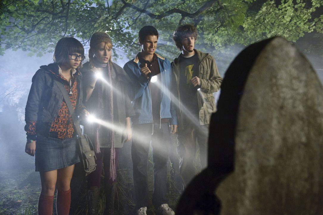 Machen sich auf die Suche nach den Spukgestalten und stoßen dabei auf Wesen mit leuchtenden Augen und längst vergangene Geheimnisse: (v.l.n.r.) Velm... - Bildquelle: 2009   Warner Brothers