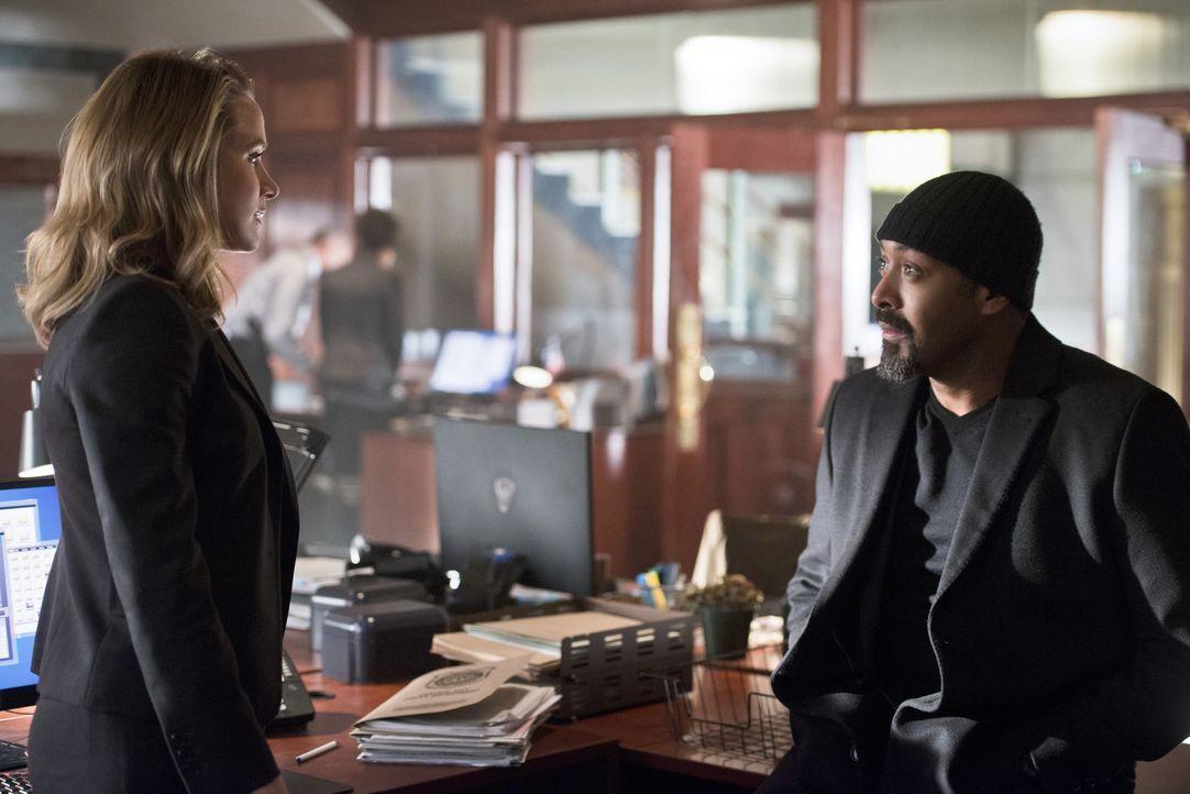 Patty (Shantel VanSanten, l.) offenbart Joe (Jesse L. Martin, r.) ihre Vermutungen über einen Zusammenhang von The Flash und Barry. Kommt Joe aus de... - Bildquelle: 2015 Warner Brothers.