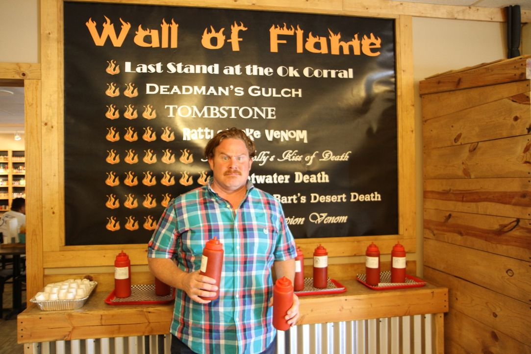 "Allein die ""Wall of Flame"" im ""Cactus Bob's BBQ Corral"" hat es bereits in sich. Was erwartet Casey Webb wohl in der Challenge? - Bildquelle: 2017,The Travel Channel, L.L.C. All Rights Reserved."