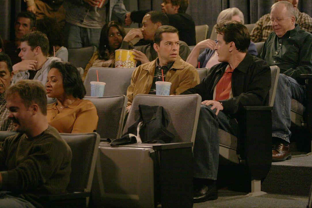 Alans (Jon Cryer, 2.v.r.) Sohn Jake schläft auswärts bei einem Freund, daher hat er die Zeit, mit Charlie (Charlie Sheen, r.) ins Kino zu gehen. Doc... - Bildquelle: Warner Brothers Entertainment Inc.