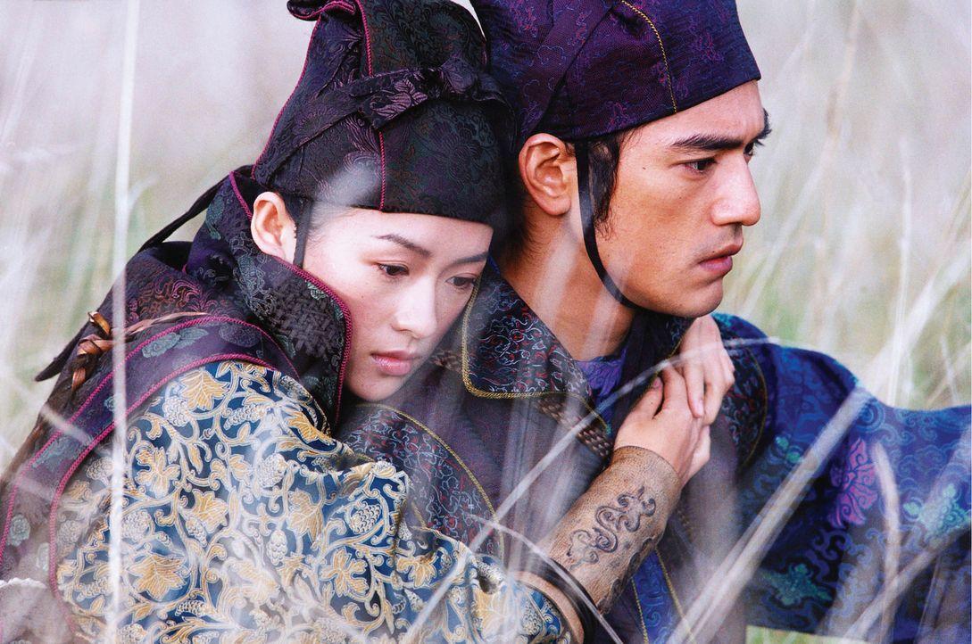 """Um die """"Flying Daggers"""" auszuspionieren, will der Polizist Jin (Takeshi Kaneshiro, r.) das Vertrauen der blinden Tänzerin Mei (Zhang Ziyi, l.) gewi... - Bildquelle: Constantin Film"""