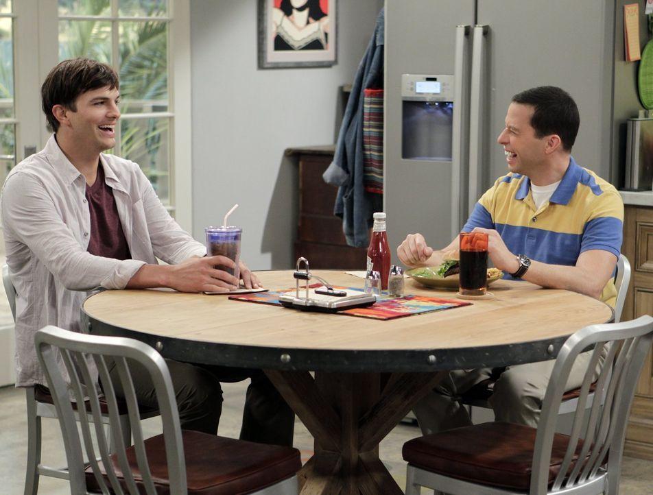 Noch lachen sie gemeinsam: Walden (Ashton Kutcher, l.) und Alan (Jon Cryer, r.) ... - Bildquelle: Warner Brothers Entertainment Inc.