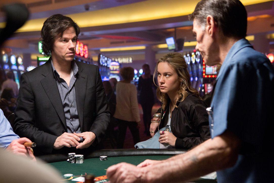 Wird Bennett (Mark Wahlberg, l.) eine zweite Chance von Amy (Brie Larosn, M.) bekommen oder verzockt er neben seinem Geld jetzt auch noch sein restl... - Bildquelle: Claire Folger 2016 Paramount Pictures