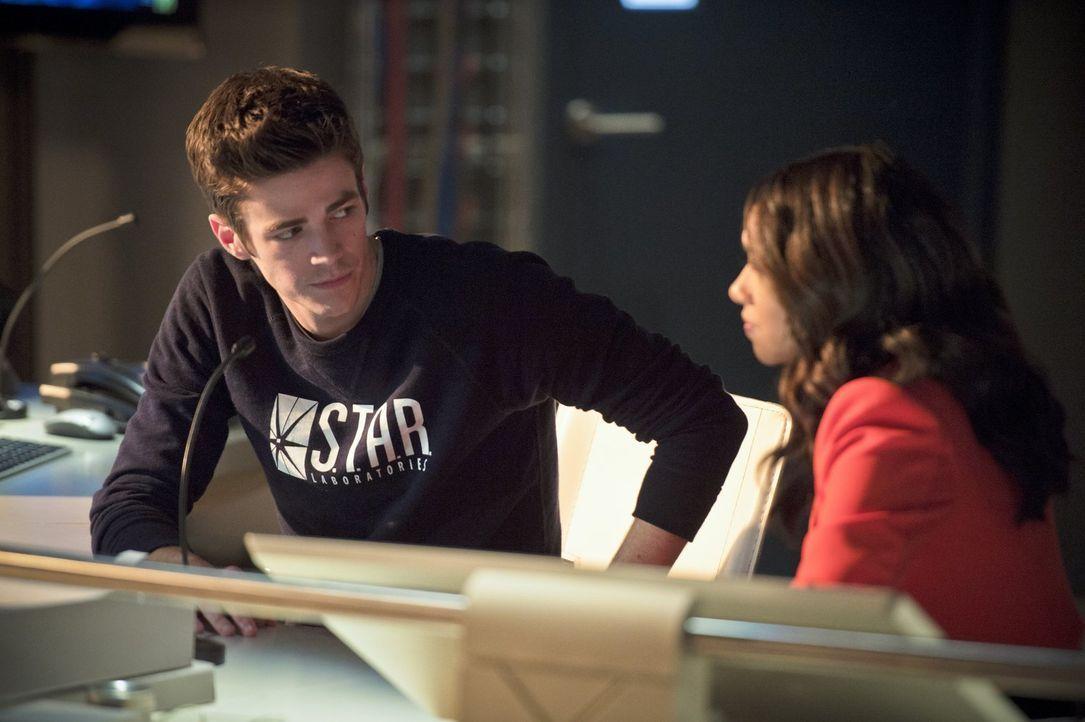 Gelingt es Iris (Candice Patton, r.), Barry (Grant Gustin, l.) wieder aufzumuntern, nachdem er von Zoom vor der ganzen Stadt als Verlierer präsentie... - Bildquelle: 2015 Warner Brothers.