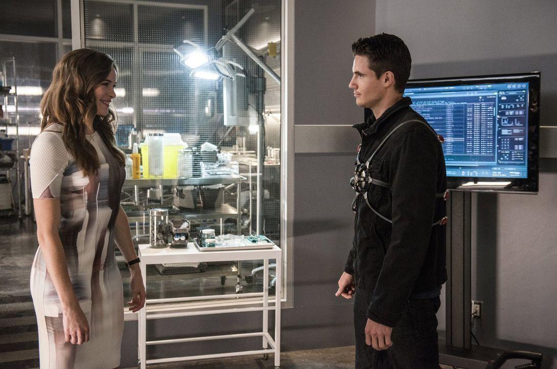 Caitlin (Danielle Panabaker, l.) wusste schon immer, dass sich Ronnie (Robbie Amell, r.) für die Menschen in Central City opfern würde, doch muss es... - Bildquelle: 2015 Warner Brothers.