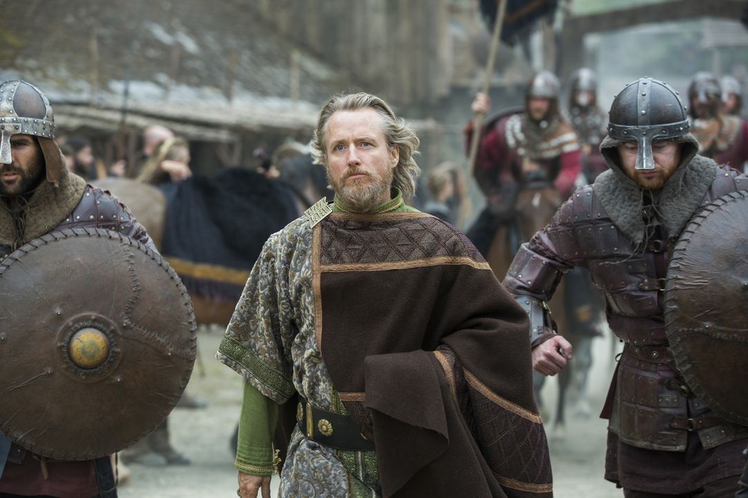 König Ecbert (Linus Roache, M.) macht Ragnar und seinen Männern ein verlockendes Angebot - doch kann man ihm wirklich vertrauen? - Bildquelle: 2015 TM PRODUCTIONS LIMITED / T5 VIKINGS III PRODUCTIONS INC. ALL RIGHTS RESERVED.