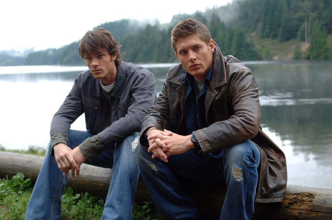 Auf der Suche nach neuen, mysteriösen Vorfällen stoßen Sam (Jared Padalecki, l.) und Dean (Jensen Ackles, r.) auf eine Stadt, in der jemand spurlos... - Bildquelle: Warner Bros. Television