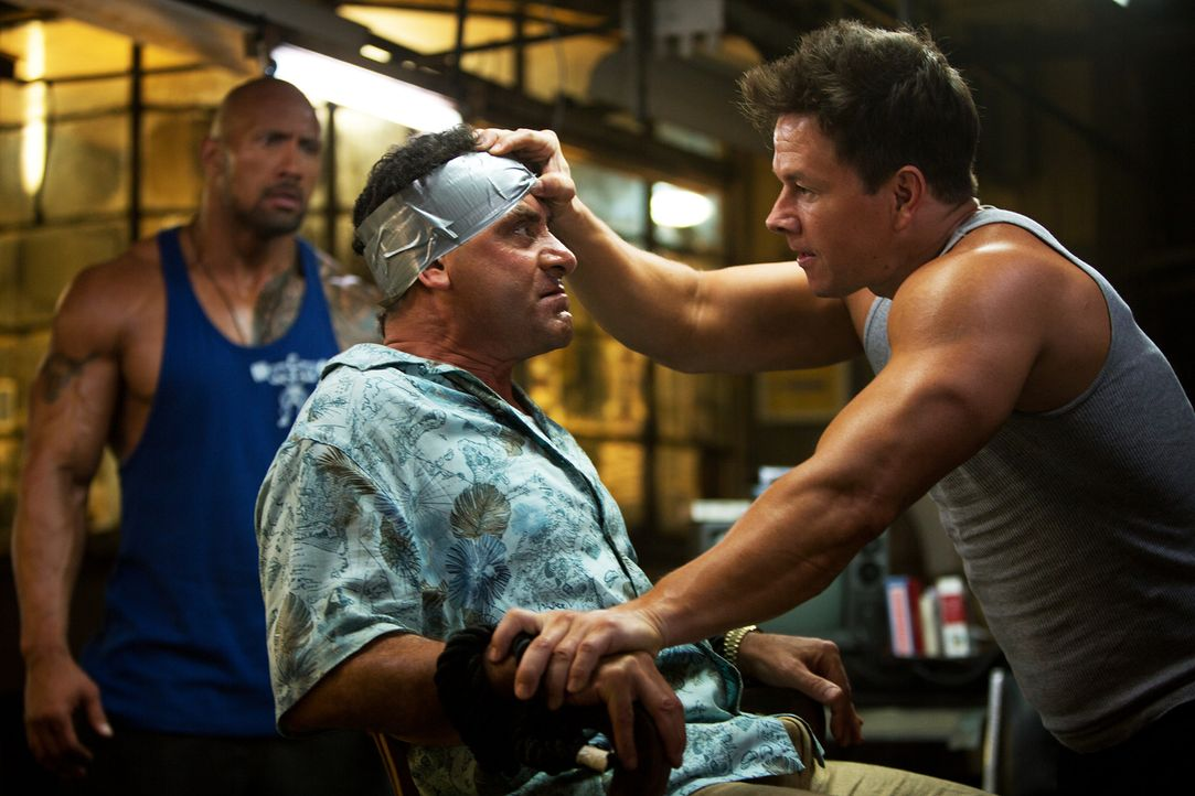 Daniel Lugo (Mark Wahlberg, r.) und Paul (Dwayne Johnson, l.) gelingt es, den reichen Geschäftsmann Viktor Kershaw (Tony Shalhoub, M.) zu entführen... - Bildquelle: Jaimie Trueblood (2014) PARAMOUNT PICTURES. ALL RIGHTS RESERVED.
