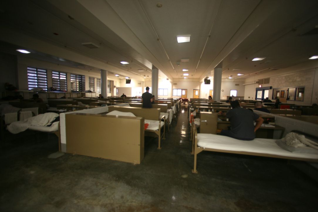 Ein Bett angereiht an das Nächste, keine Privatsphäre - so sieht der Alltag der Insassen des Las Vegas Clark County Detention Centers aus ... - Bildquelle: James Peterson National Geographic Channels/ Part2 Pictures