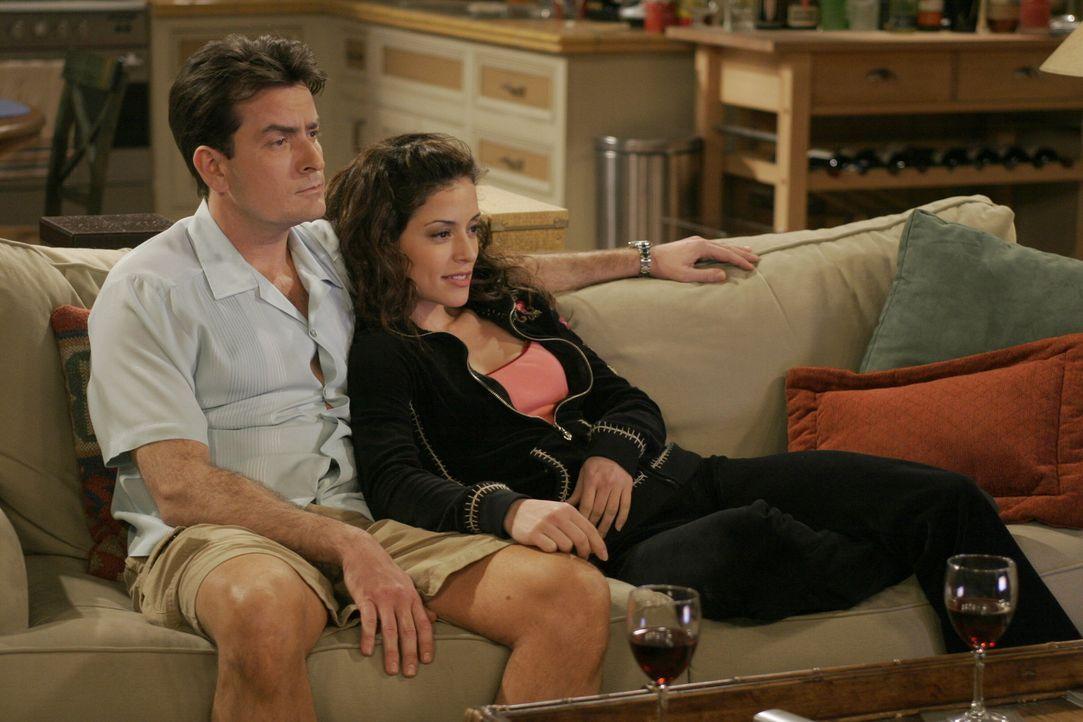 Charlies (Charlie Sheen, l.) neue Freundin Mia (Emmanuelle Vaugier, r.) könnte die Frau seines Lebens werden, wenn sie wie jede andere sofort mit ih... - Bildquelle: Warner Brothers Entertainment Inc.