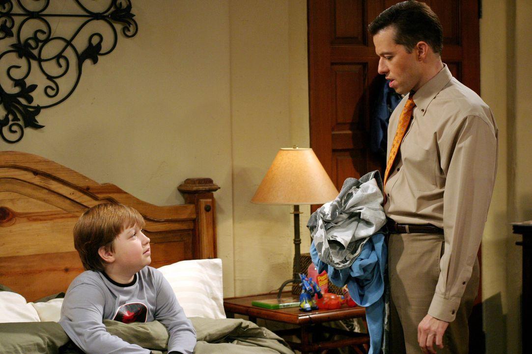 Nachdem Alan (Jon Cryer, r.) erfahren hat, dass sein Bruder ihm in der Kindheit einen bitteren Streich gespielt hat, versucht er seinem Sohn (Angus... - Bildquelle: Warner Brothers Entertainment Inc.