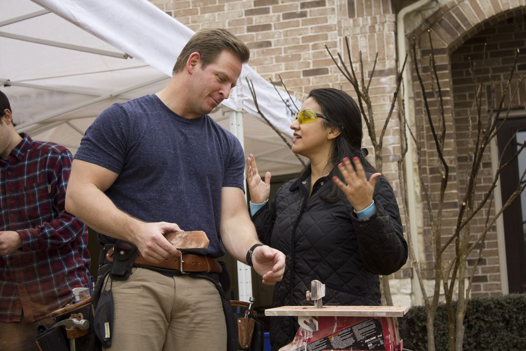 Die Frau von Gabriel Cardenas (r.) erklärt Jason Cameron (l.) nicht nur, wie sie sich den Rückzugsort für ihren Mann vorstellt, sondern packt auch k... - Bildquelle: 2013,DIY Network/Scripps Networks, LLC. All Rights Reserved.