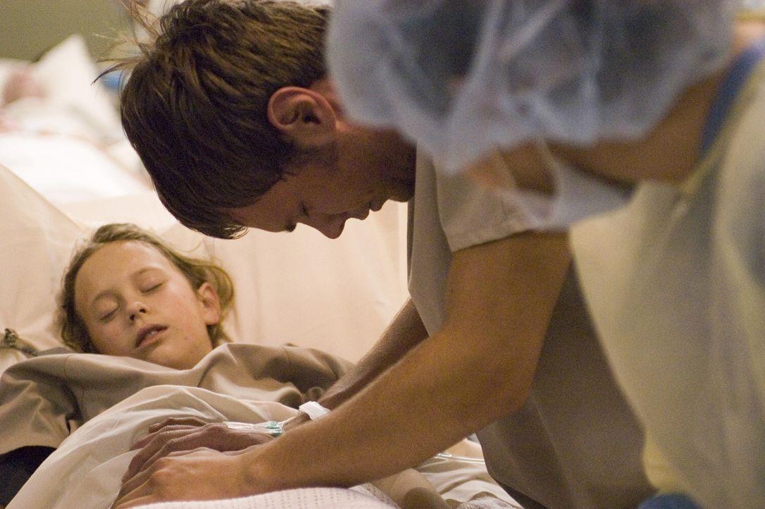 Shawn (Patrick Flueger, M.) versucht Maia (Conchita Campbell, l.) mit seinen besonderen Fähigkeiten zu heilen. Doch wird es ihm gelingen? - Bildquelle: Viacom Productions Inc.