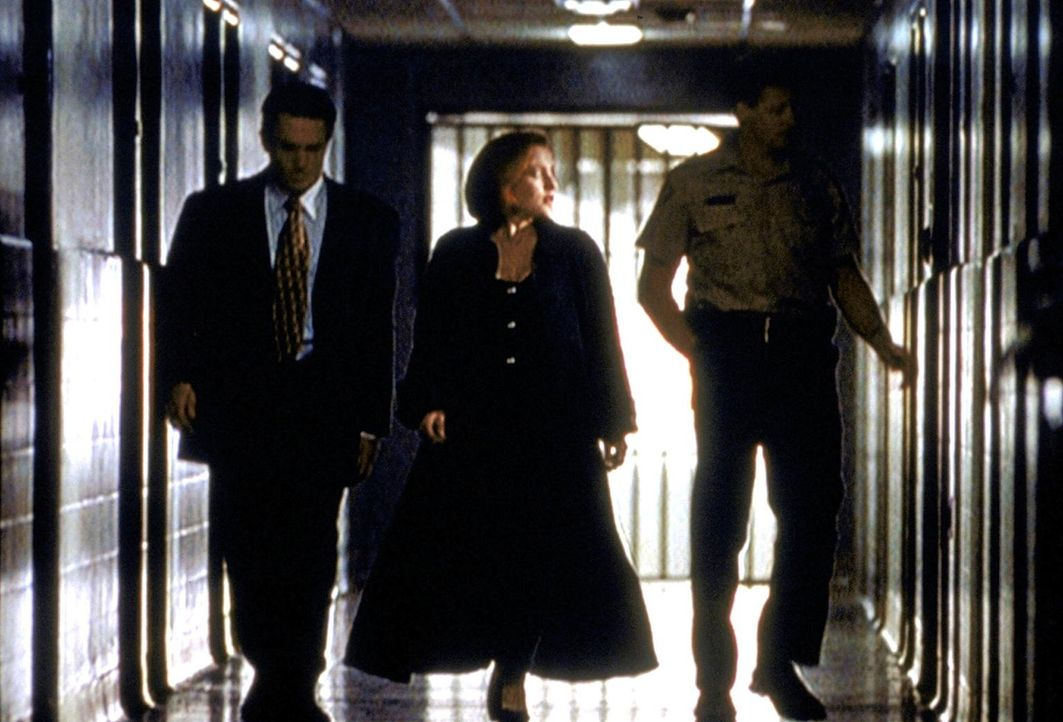 Dana Scully (Gillian Anderson, M.) begibt sich ins Gefängnis, um einen vermeintlichen Mörder zu verhören. - Bildquelle: TM +   2000 Twentieth Century Fox Film Corporation. All Rights Reserved.