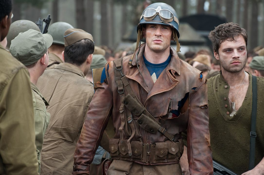Als Steve Rogers (Chris Evans, 2.v.r.) erfährt, dass sein Freund Bucky (Sebastian Stan, r.) und einige seiner Kameraden in Gefangenschaft geraten s... - Bildquelle: TM &   2011 Marvel Entertainment, LLC & subs. All Rights Reserved.