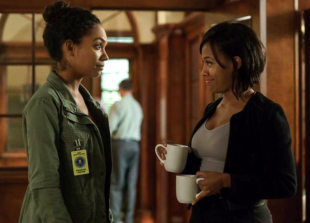 Gemeinsam müssen Jenny (Lyndie Greenwood, l.) und Abbie (Nicole Beharie, r.) gegen ein Monster kämpfen, dass die Kinder von Sleepy Hollow angreift .... - Bildquelle: 2015-2016 Fox and its related entities.  All rights reserved.
