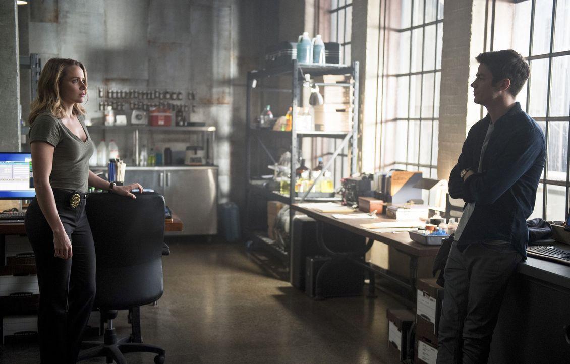 Erkennt Patty (Shantel VanSanten, l.) wer Barry (Grant Gustin, r.) wirklich ist? - Bildquelle: 2015 Warner Brothers.
