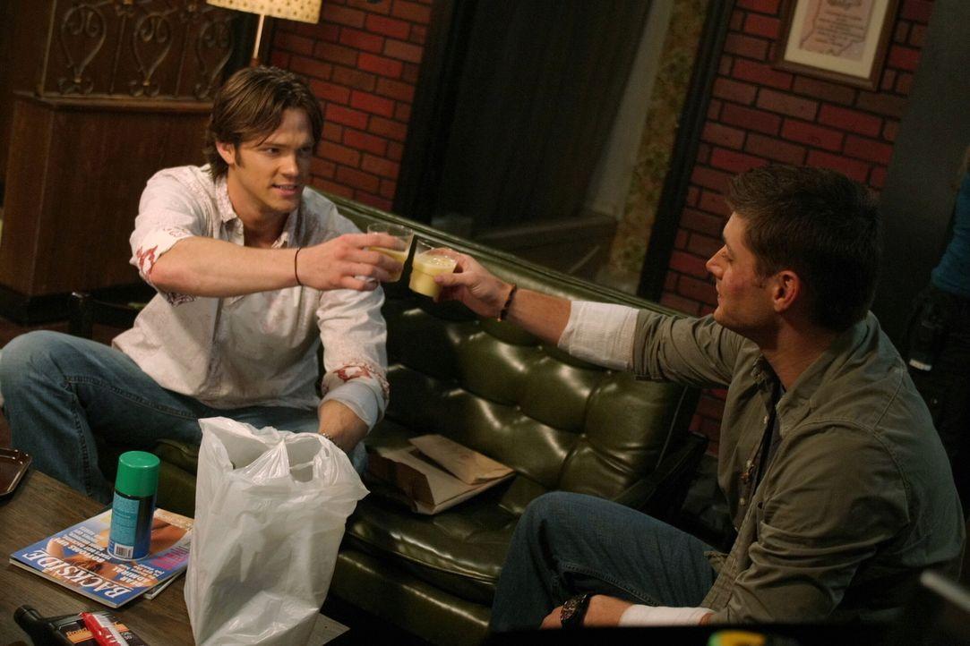Es ist Weihnachtszeit und Sam (Jared Padalecki, l.) und Dean Winchester (Jensen Ackles, r.) untersuchen eine Reihe von Morden, bei denen die Opfer d... - Bildquelle: Warner Bros. Television