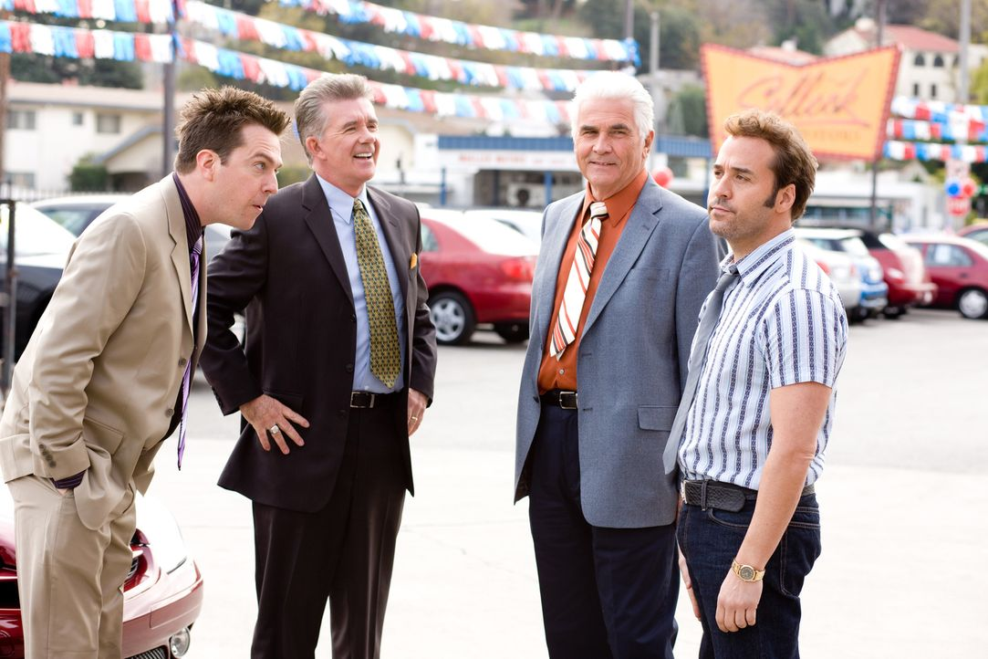 Konkurrent Stu Harding (Alan Thicke, 2.v.l.) und sein Sohn Paxton (Ed Helms, l.) können nicht glauben, dass Autohändler Ben Selleck (James Brolin, 2... - Bildquelle: by PARAMOUNT VANTAGE, a Division of PARAMOUNT PICTURES. All Rights Reserved.