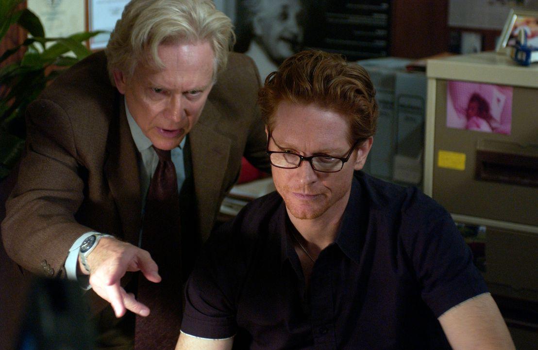 Howard (Eric Stoltz, r.) und Stan (Bruce Davison, l.) lässt das Erlebte nicht ruhen. Stan sieht den Schlüssel zu allem in Heather, aber seine Recher... - Bildquelle: The Sci-Fi Channel