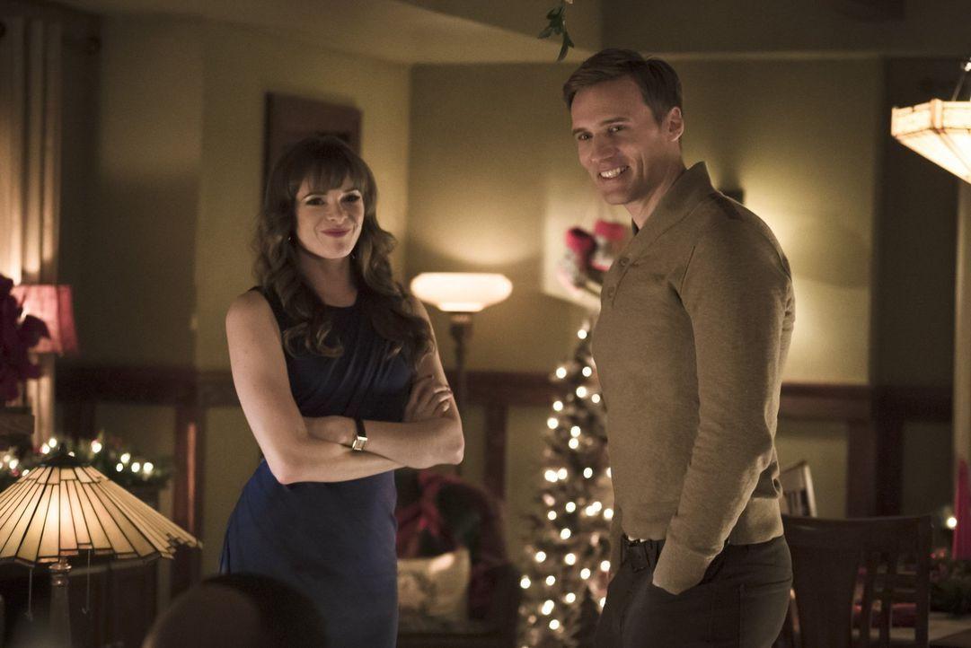 Die erotischen Spannungen zwischen Jay (Teddy Sears, r.) und Caitlin (Danielle Panabaker, l.) werden immer stärker ... - Bildquelle: 2015 Warner Brothers.