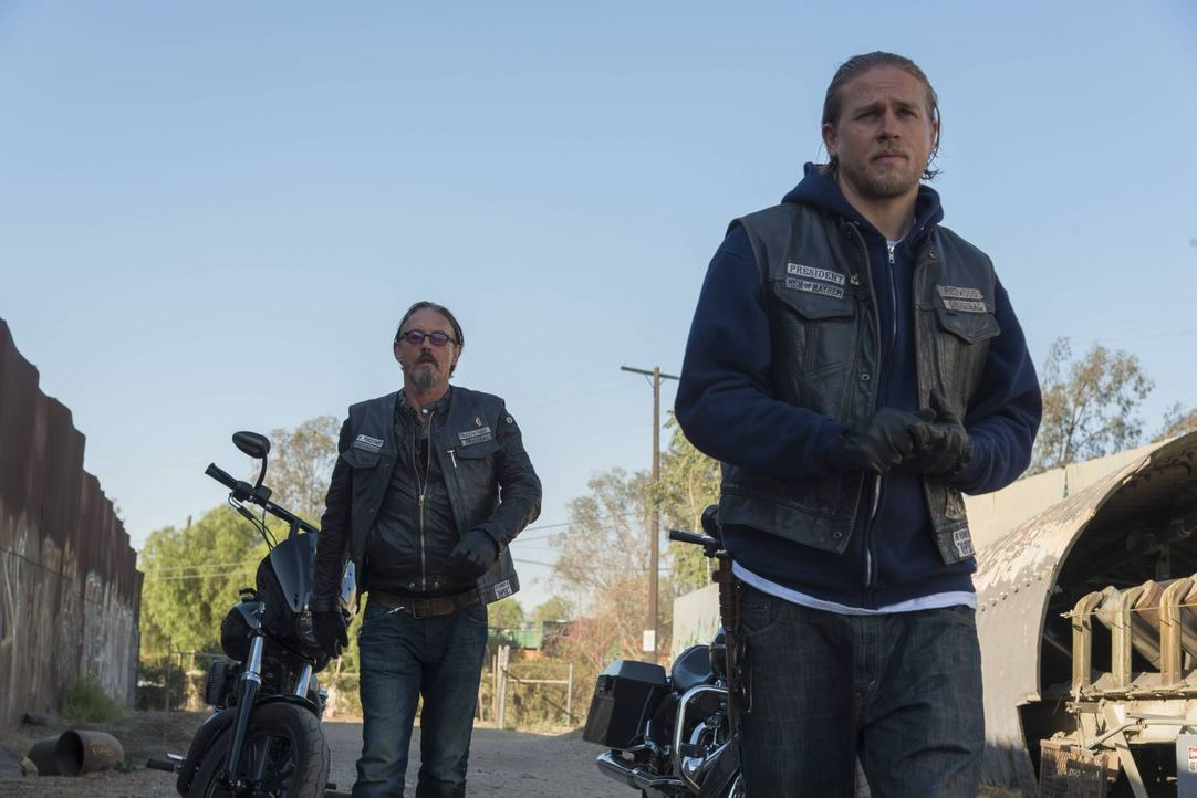 Als der Druck auf Jax (Charlie Hunnam, r.) wächst, steht ihm Chibs (Tommy Flanagan, l.) zur Seite ... - Bildquelle: 2013 Twentieth Century Fox Film Corporation and Bluebush Productions, LLC. All rights reserved.