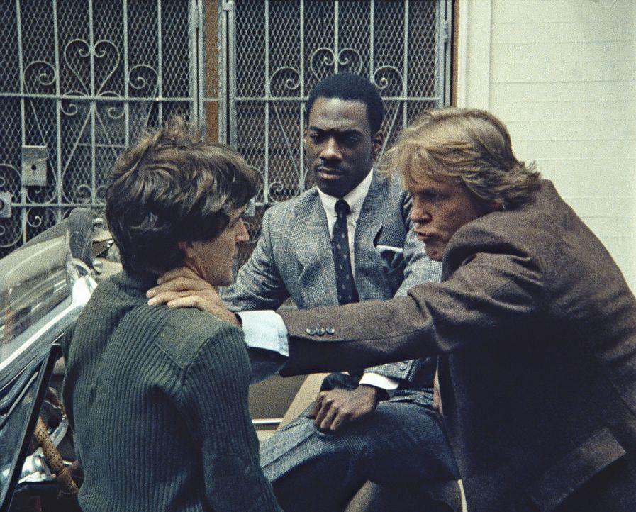 Guter Cop - böser Cop: Im Designeranzug darf der Knastbruder Reggie (Eddie Murphy, M.) für 48 Stunden dem Cop Jack (Nick Nolte, r.) beim Verbreche... - Bildquelle: Paramount Pictures