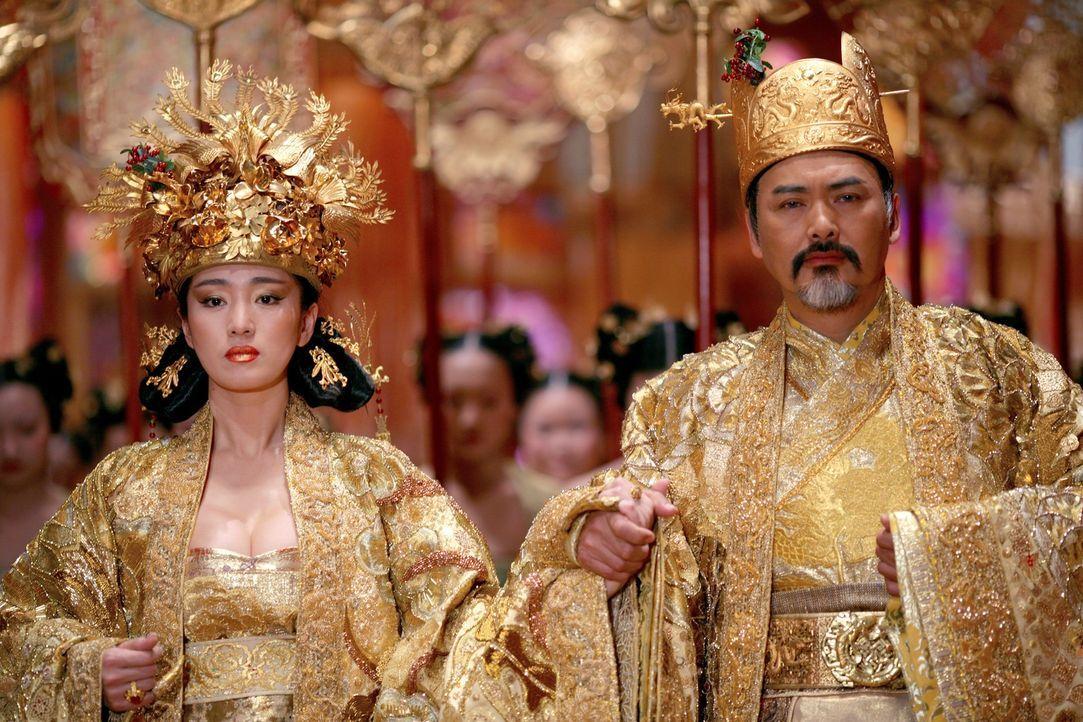 Kaiser Ping (Yun Fat Chow, r.) und Kaiserin Phoenix (Li Gong, l.) planen - völlig unabhängig voneinander - am Tag des Chrysanthemenfestes etwas Furc... - Bildquelle: TOBIS Film