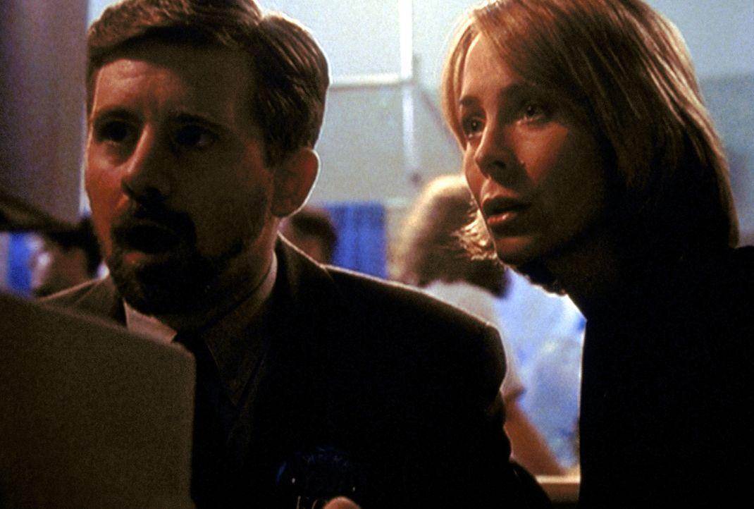 John F. Byers (Bruce Harwood, l.) lernt 1989 auf einer Computermesse die mysteriöse Susanne Modeski (Signy Coleman, r.) kennen. - Bildquelle: TM +   2000 Twentieth Century Fox Film Corporation. All Rights Reserved.