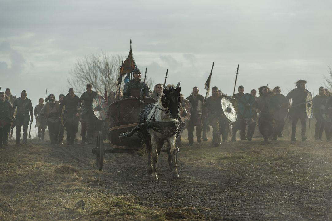 Ivar (Alex Høgh Andersen, vorne) und seine Brüder ziehen in die Schlacht gegen König Egbert und seinen Sohn Aethelwulf, während Kattegat von einer g... - Bildquelle: 2016 TM PRODUCTIONS LIMITED / T5 VIKINGS III PRODUCTIONS INC. ALL RIGHTS RESERVED.