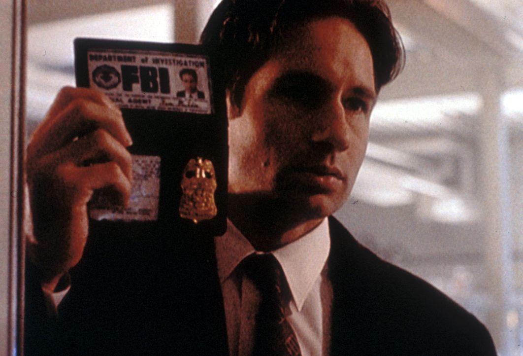 Mulder (David Duchovny) versucht zu verhindern, dass ein Forscher, der aus der Zukunft gekommen ist, sich selbst in der Gegenwart tötet. - Bildquelle: TM +   2000 Twentieth Century Fox Film Corporation. All Rights Reserved.