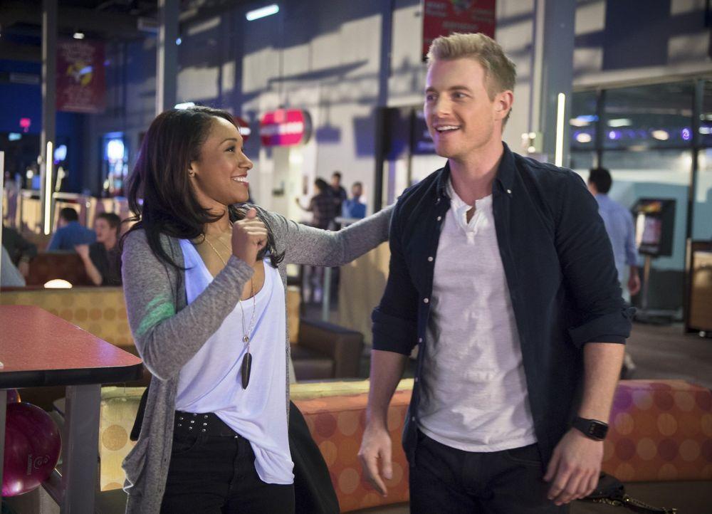Auch Eddie (Rick Cosnett, r.) merkt, dass das Bowling-Center eindeutig ein Ort ist, mit dem Iris (Candice Patton, l.) und Barry viel verbinden - zu... - Bildquelle: Warner Brothers.