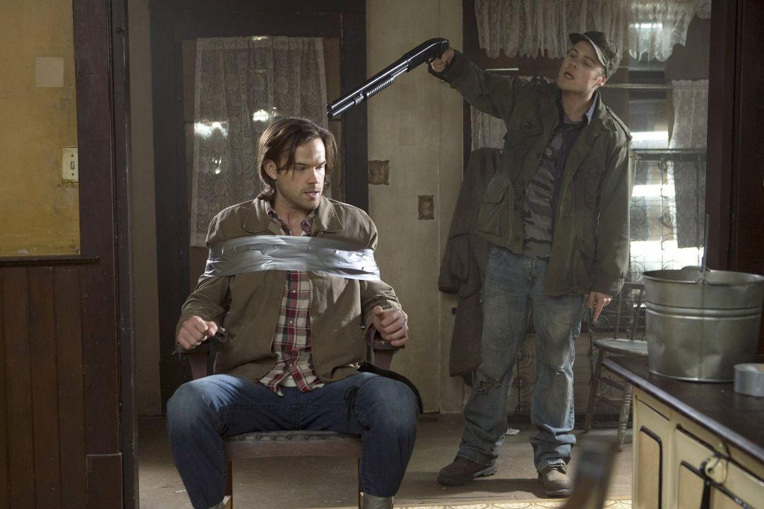 Ein Jäger in den eigenen vier Wänden? Connor (Reilly Dolman, r.) gefällt es überhaupt nicht, dass Sam (Jared Padalecki, l.)  bei ihm und seiner Fami... - Bildquelle: 2013 Warner Brothers