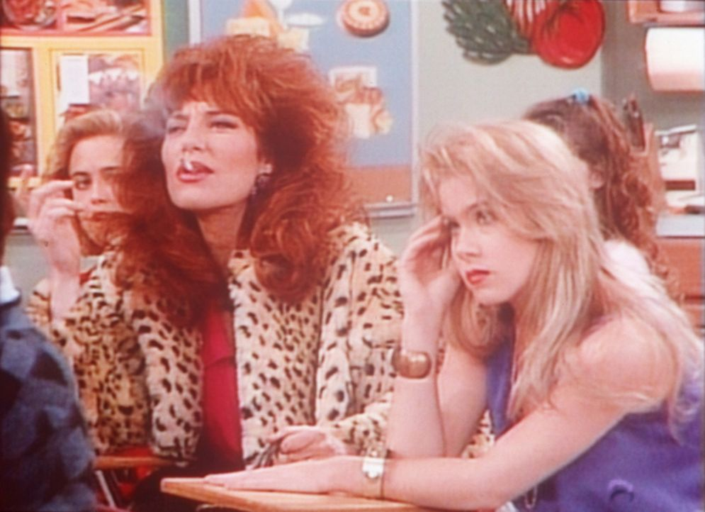 Zu ihrem Ärger muss Kelly (Christina Applegate, r.) zusammen mit ihrer Mutter Peggy (Katey Sagal, l.) die Schulbank drücken. - Bildquelle: Sony Pictures Television International. All Rights Reserved.