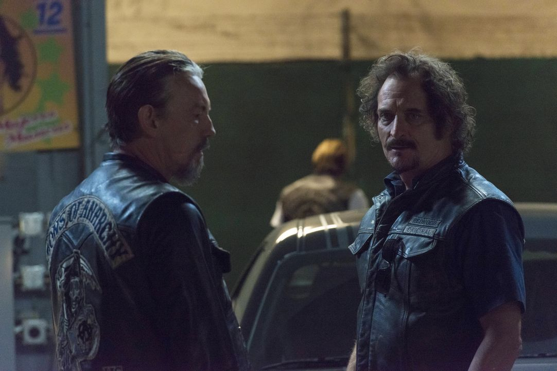 Warum sucht Jax so verzweifelt nach seiner Mutter? Chibs (Tommy Flanagan, l.) und Tig (Kim Coates, r.) sind ratlos, wie sie mit Gemmas Flucht umgehe... - Bildquelle: Prashant Gupta 2013 Twentieth Century Fox Film Corporation and Bluebush Productions, LLC. All rights reserved.