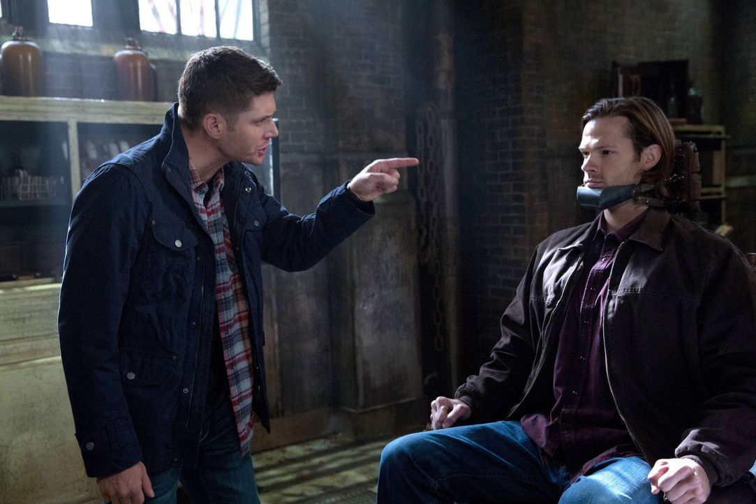 Dean (Jensen Ackles, l.) will Sam (Jared Padalecki, r.) um jeden Preis retten und trifft deshalb einige schwierige Entscheidungen ... - Bildquelle: 2013 Warner Brothers